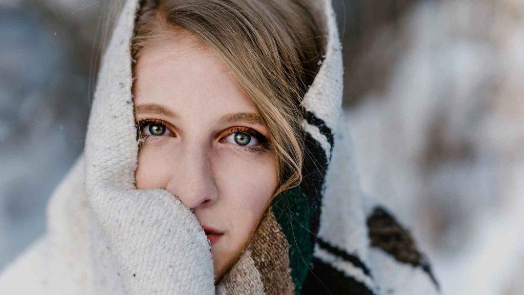ragazza che si copre, ma il freddo non fa ammalare
