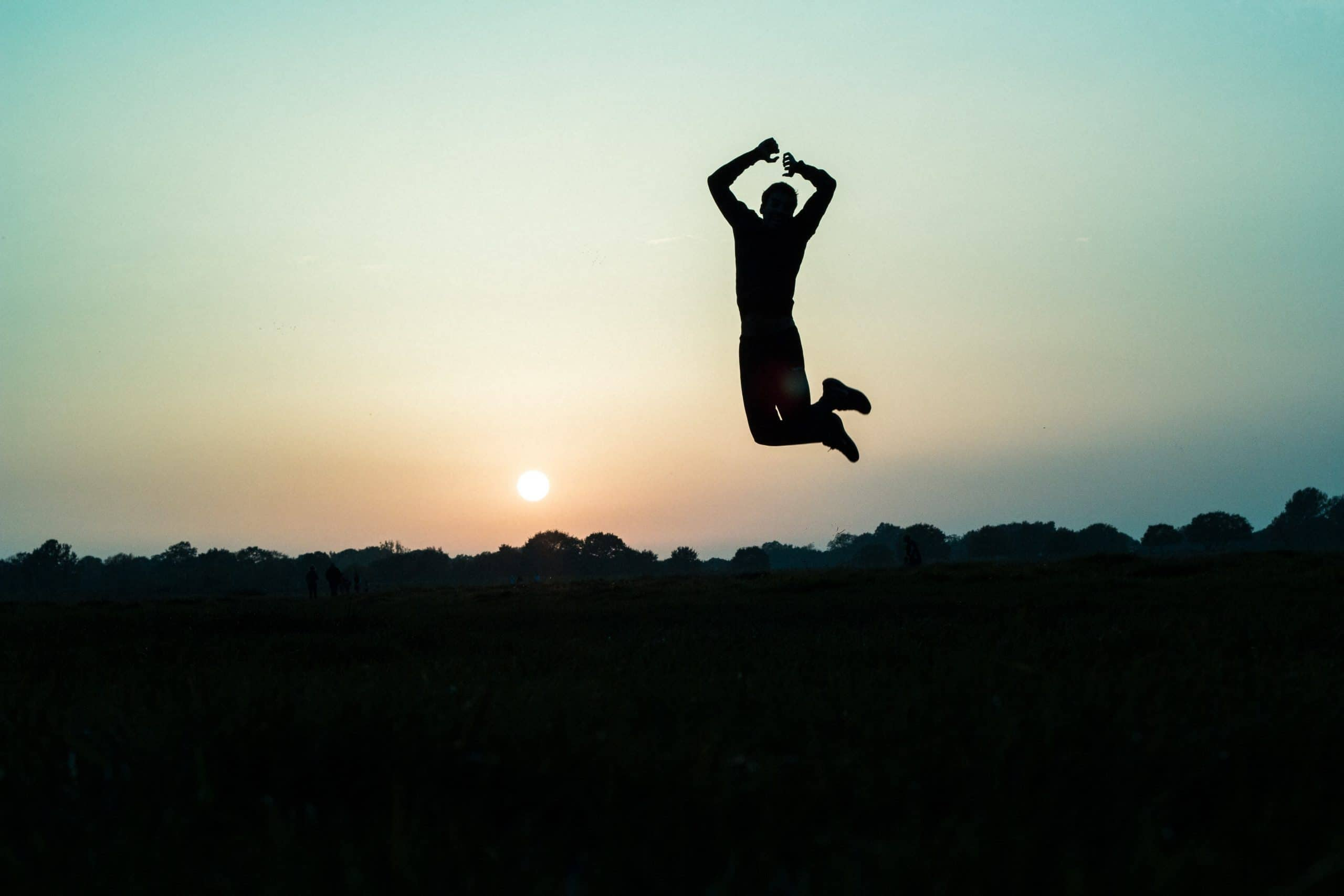 persona salta perchè è felice